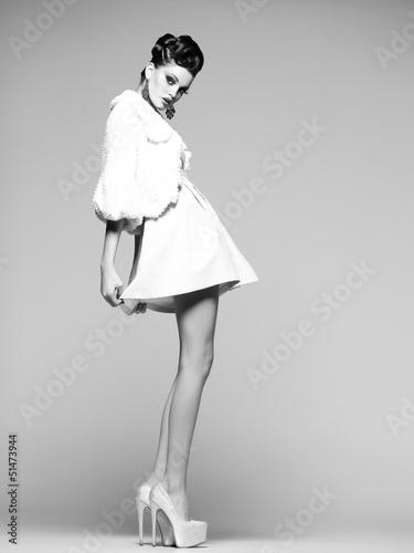 piekna-kobieta-z-dlugimi-nogami-w-bialej-sukni-i-wysokich-obcasach