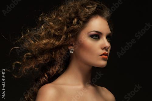 piekna-kobieta-z-lokami-i-makeup