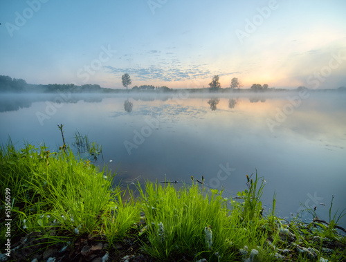 Photo  Foggy sunrise on a lake