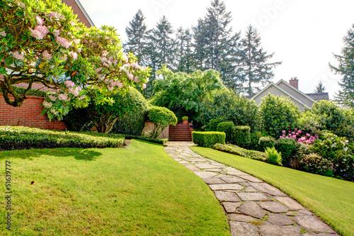 obraz PCV Wiosna ogród i droga w pobliżu domu.