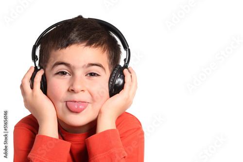 Valokuva  bambino ascolta musica e fa la linguaccia