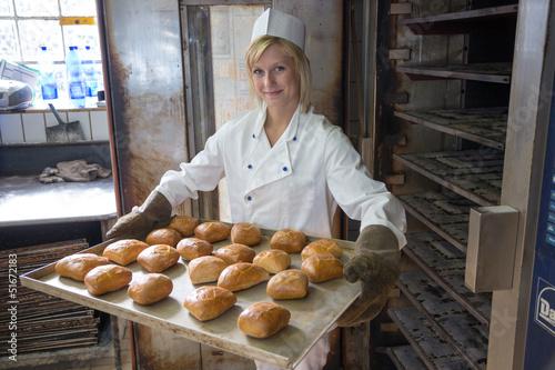 In de dag Bakkerij Baker in bakehouse or bakery putting bread in the oven