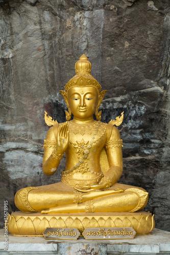 buddha-na-kamiennym-babkground-w-jamie-tajlandia