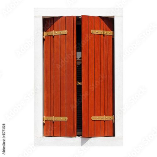 pojedyncze-okno-z-uchylonymi-drewnianymi-okiennicami