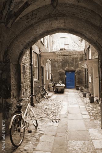 aleja-z-tylu-w-londynie-z-rowerami-niebieskie-drzwi-na-koncu