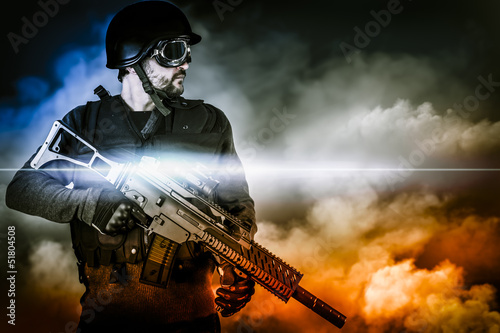 Fotografía  assault soldier with rifle on apocalyptic clouds