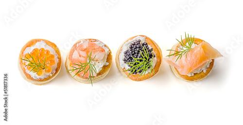 Cuadros en Lienzo Blätterteigpasteten mit Lachs, Kaviar und Garnelen