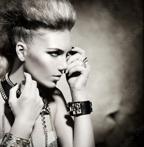 Fototapeta premium Moda Rocker Style Model Girl Portret. Czarny i biały