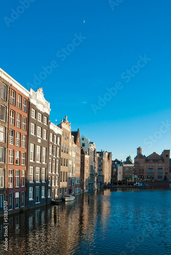 Photo  Amsterdam canals and typical houses with clear evening sky