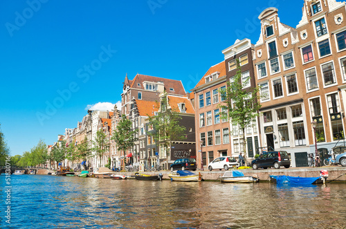 Photo  Amsterdam canals and typical houses with clear summer sky