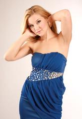 blondynka w niebieskiej sukience