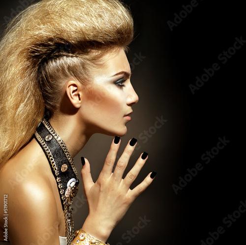 Naklejka premium Moda Rocker Style Model Girl Portret. Fryzura