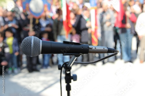 Fotografía  microfono sfondo manifestanti liberazione
