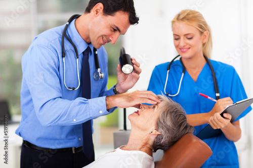 Fotografía  ophthalmologist examining senior woman's eye