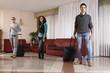 ragazzi con valige nella hall dell'albergo