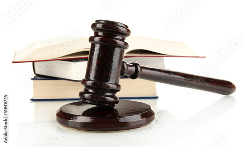 Photo Wooden gavel and books isolated on white