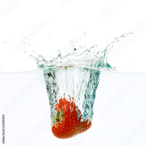 Poster Eclaboussures d eau Strawberry falls deeply under water
