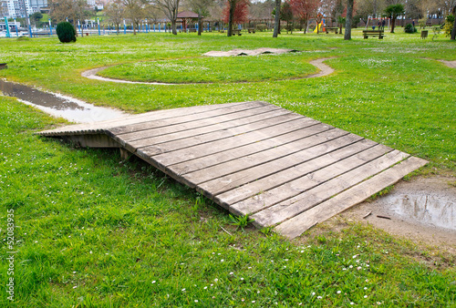 Poster Jardin Wooden ramp in a park