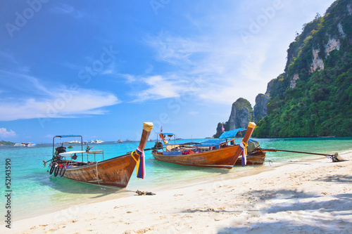 Foto auf Acrylglas Tropical island with two boats and a bright sky