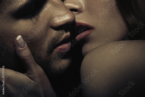 Photo of sensual kissing couple Canvas-taulu