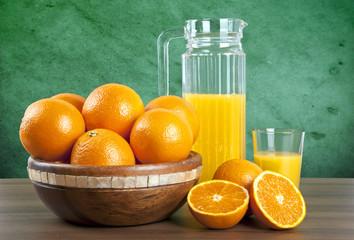 Panel Szklany Do gastronomii jus d'orange avec des oranges sur la table en bois