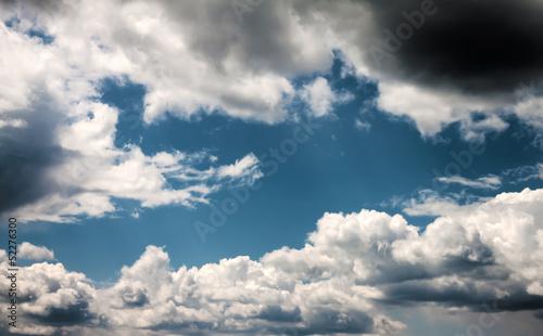 chmury-przeciw-niebieskiemu-niebu-strzal-hdr