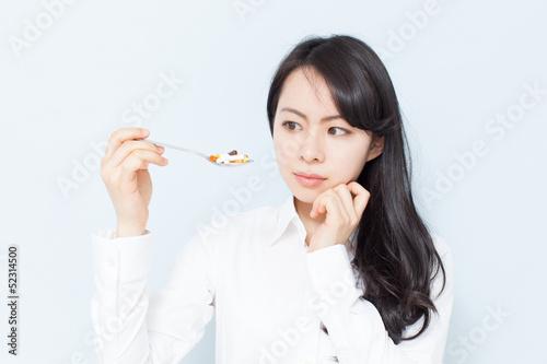 Fotografia  サプリメントを見つめる女性