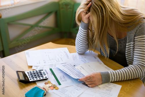 Fototapeta Frau mit Schulden und Rechnungen
