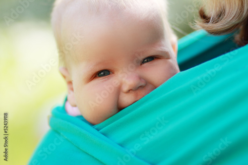 Photo  baby closed to mom in sling