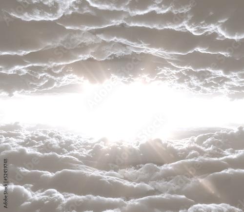 chmury-z-promieniami-slonecznymi