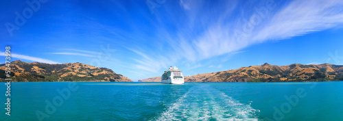 Poster Nouvelle Zélande Panoramic view from the banks of Akaroa at the ship anchored