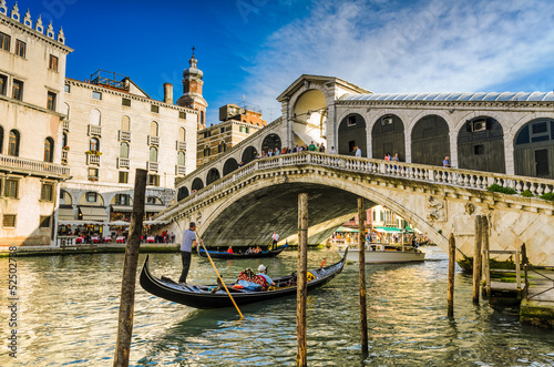 Photo Stands Venice Gondola at the Rialto bridge in Venice, Italy