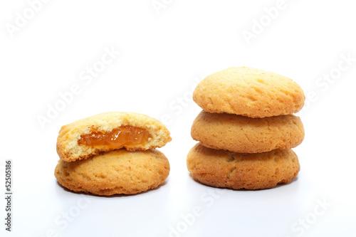 Fotografija biscotti ripieni di marmellata su sfondo bianco