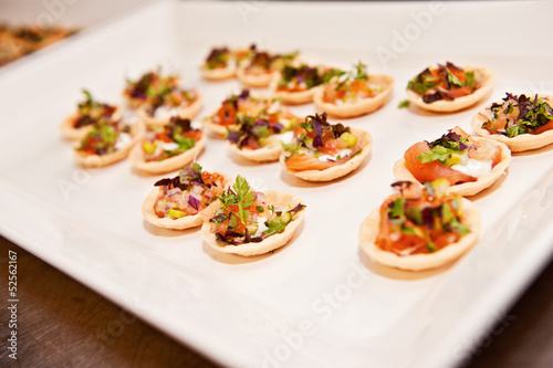 Fotografía a plate of finger food, typically seen at a function
