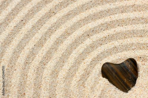 Photo sur Plexiglas Zen pierres a sable galet coeur sur sable