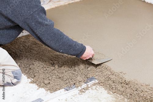 Fotografía  maçon qui prépare une chape en ciment