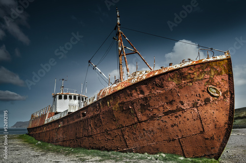 Photo sur Toile Naufrage Rusty Shipwreck in Iceland