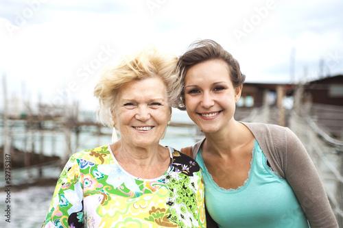 Fotografie, Obraz  Nonna e nipote con capelli al vento