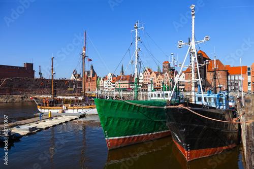 stare-lodzie-rybackie-na-tlo-panoramie-gdanski-polska