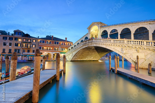 Stickers pour porte Venise Rialto bridge at night in Venice
