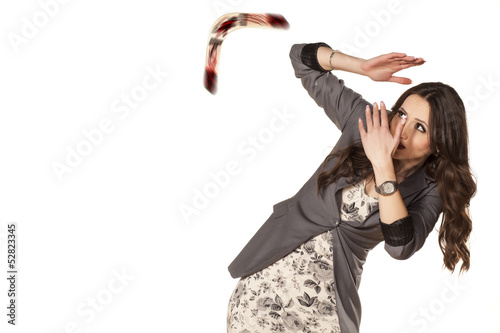 Photo  woman defending herself with her hands from the boomerang