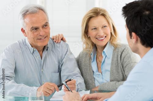 Cuadros en Lienzo  Senior Couple Talking With A Consultant