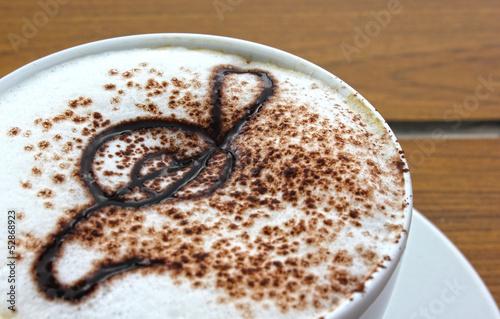 muzyka-kawa-biale-brazowe-harmoniczne-skrzypiec-capuccino