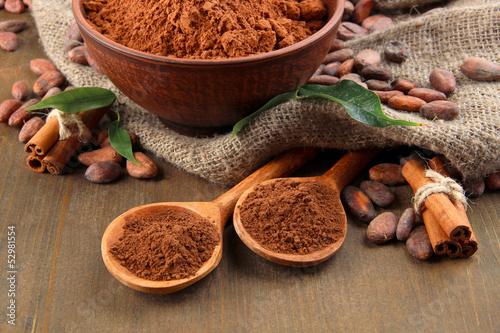 Foto auf Gartenposter Gewürze 2 Cocoa powder and cocoa beans on wooden background