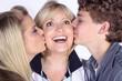 Kinder küssen Mutter zum Valentinstag