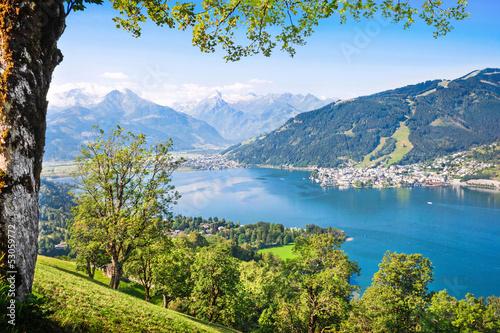 piekny-krajobraz-z-alpami-i-jeziorem-zell-am-see-austria