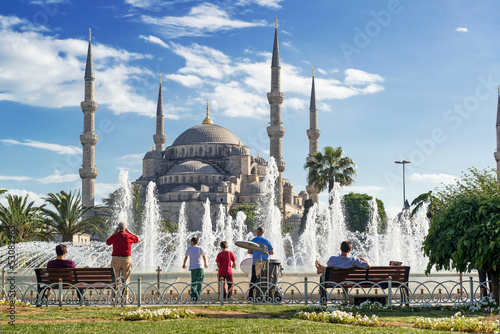 Photo  Tourists admiring the view of the fountain and Blue Mosque in Is