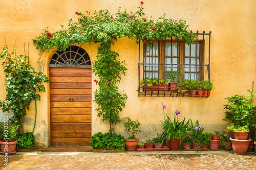 piekny-ganeczek-dekorujacy-z-kwiatami-w-italy