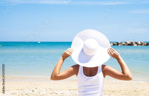 Ragazza Con Cappello Bianco Con Sfondo Di Mare Rilassandosi Buy