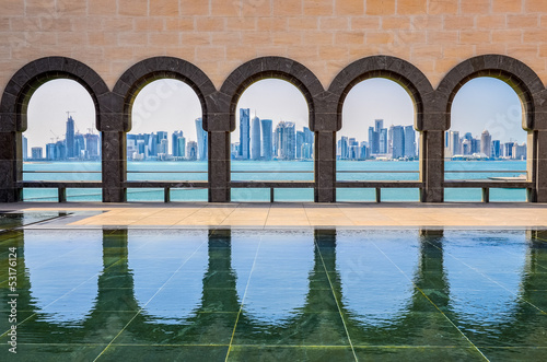 Fotoposter Midden Oosten Doha skyline through the arches of the Museum of Islamic art, Do